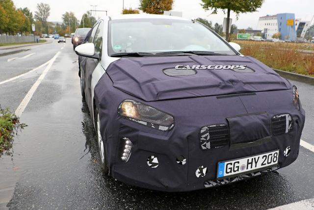 Hyundai Ioniq trên đường thử.
