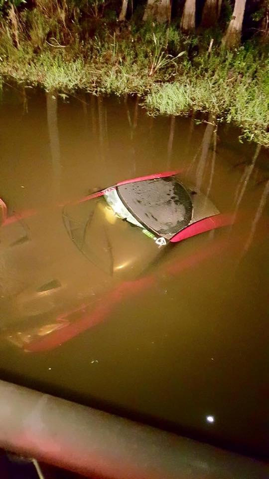 Chiếc Nissan GT-R chìm dưới nước.