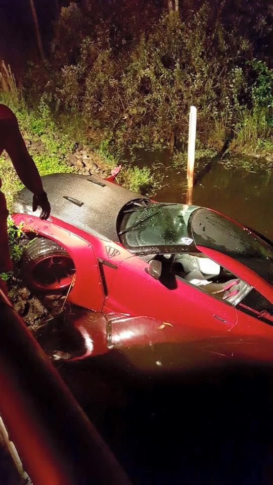 Chiếc Nissan GT-R được kéo lên bờ.