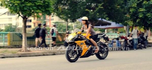 '' Trần Minh Ngọc cầm lái Suzuki GXSR. ''