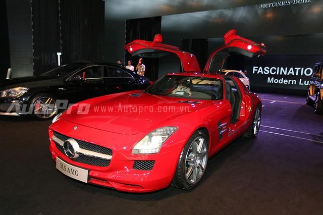 Siêu xe Mercedes-Benz SLS AMG thứ 2 với ngoại thất đỏ bắt mắt được đưa về nước lần đầu vào tháng 5 năm ngoái.