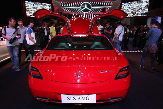 Tại Việt Nam, siêu xe Mercedes-Benz SLS AMG đầu tiên được sơn màu bạc và thuộc sở hữu của đại gia Trung Nguyên.