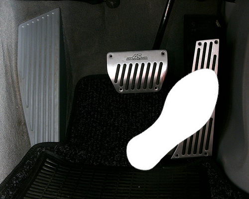 Vị trí gót chân thẳng hàng với bàn đạp phanh và người lái xe chỉ xoay cổ chân để sử dụng bàn đạp ga hoặc bàn đạp phanh.