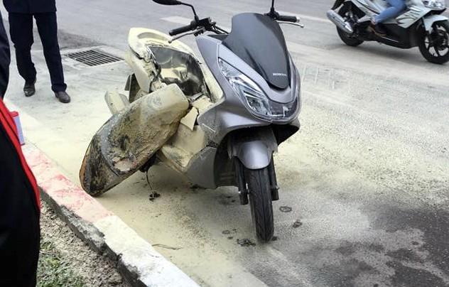 Chiếc xe PCX bốc chay khi đang lưu thông trên đường. Ảnh: Quân Nguyễn.