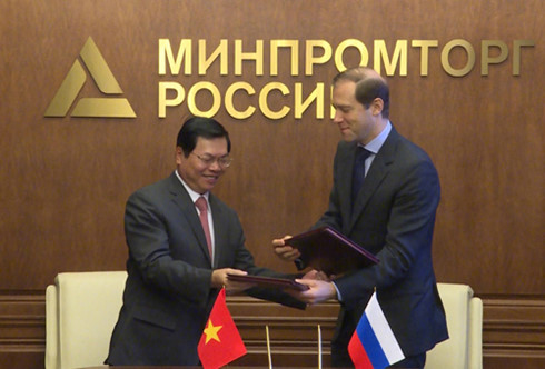 Bộ trưởng Bộ Công Thương hai nước trao đổi Nghị định thư đã ký.