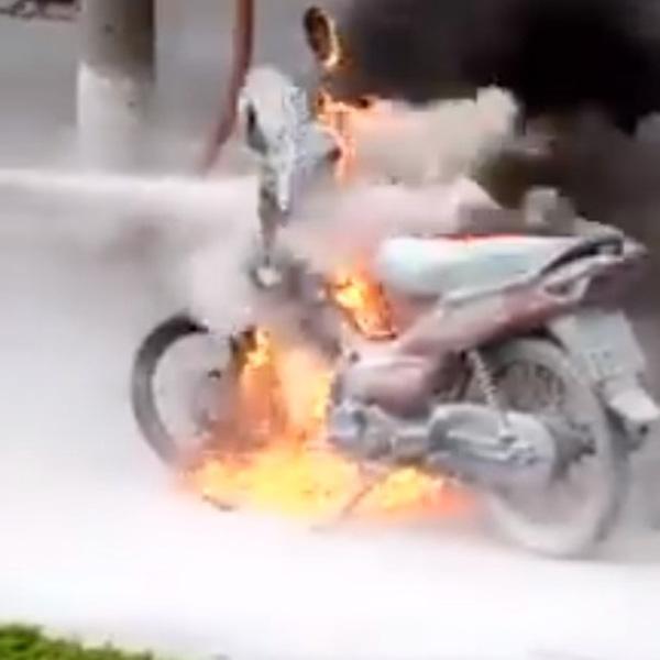 Chiếc xe máy bốc cháy dữ dội. Ảnh cắt từ clip