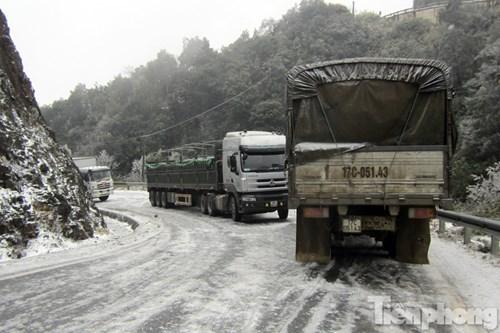 Theo một số tài xế, đường đóng băng, trơn trượt đã khiến hai chiếc xe tải đi ngược chiều không thể vượt qua nhau.