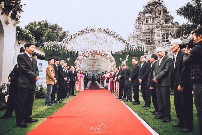 Ngay sau lễ cưới tại nhà thờ, cặp đôi đã tổ chức lễ ăn hỏi, đón dâu tại nhà riêng của cô dâu.