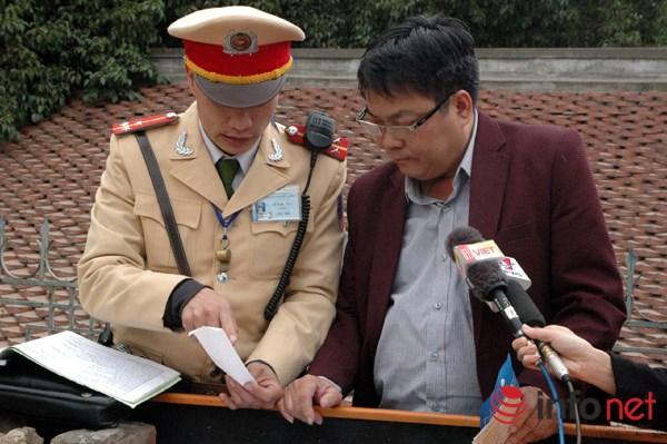 Ông Lê Hữu Cảnh được chiến sĩ CSGT giải thích về việc sử dụng rượu, bia khi tham gia giao thông.