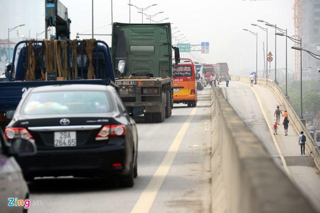 Đường trên cao đoạn qua Trung tâm hội nghị quốc gia các phương tiện có thể di chuyển chậm.