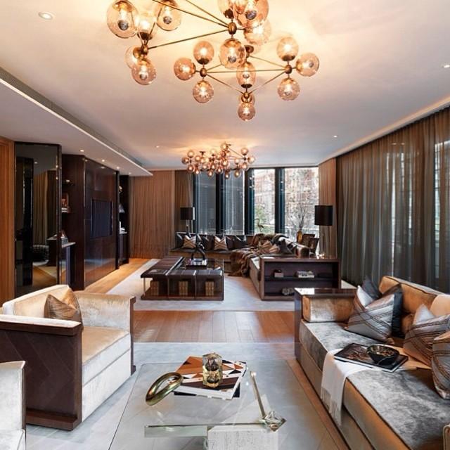 Một số thành viên của Rich Parents of Instagram sở hữu hoặc thuê những căn hộ lộng lẫy tại các khu vực đắt đỏ của thủ đô London, Anh, như One Hyde Park.