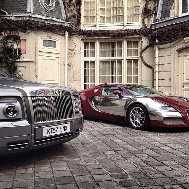 Bộ đôi Rolls-Royce và Bugatti Veyron mui trần đỗ bên ngoài biệt thự.
