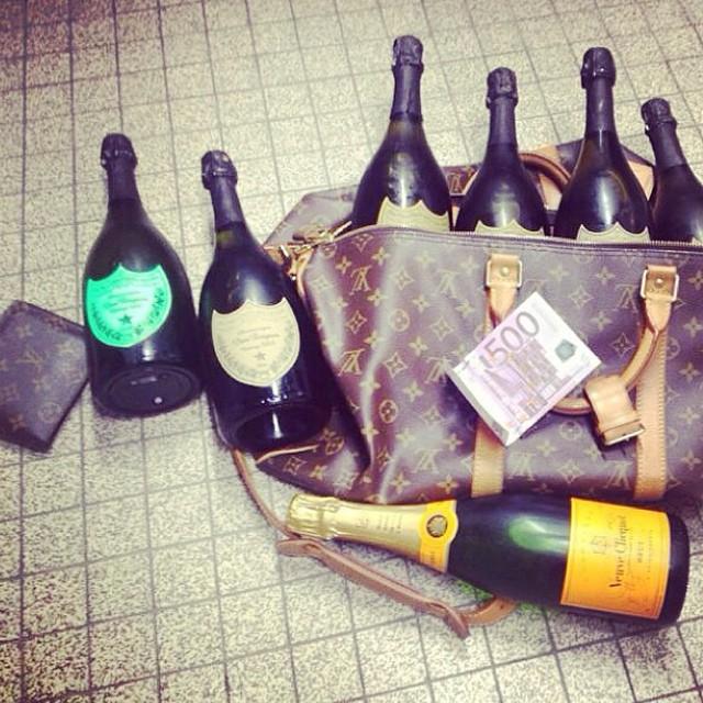 Túi Louis Vuitton, rượu xịn và tiền mặt nằm la liệt.