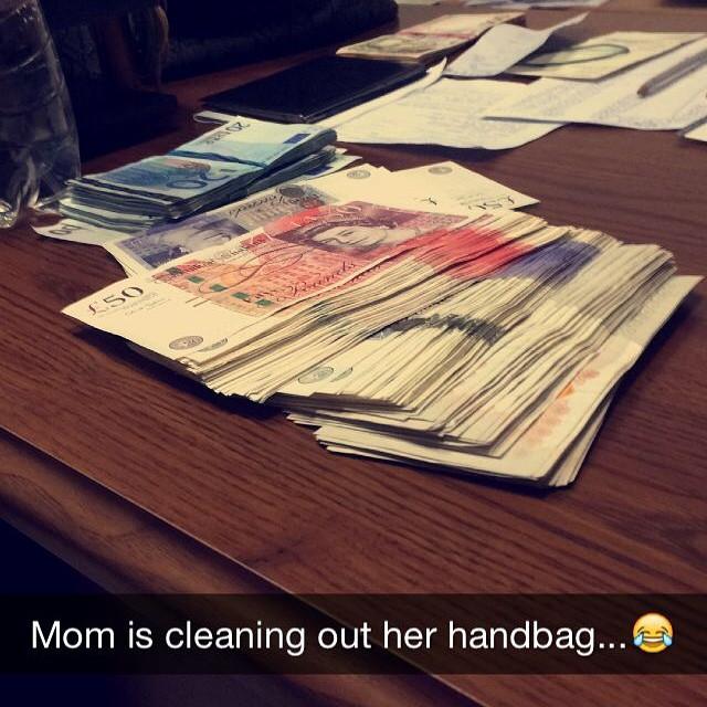 Mẹ đang dọn túi xách.