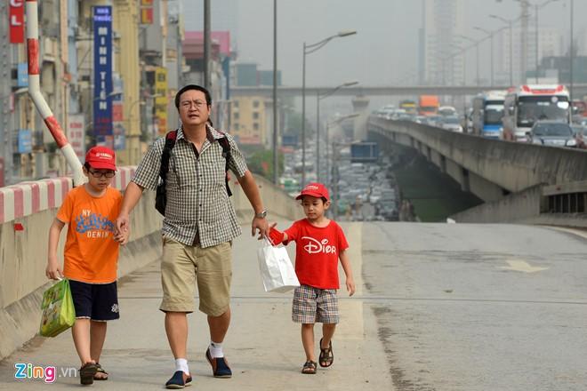 Nhưng nhiều người bất chấp nguy hiểm, đi bộ lên tuyến đường này để bắt xe về quê.