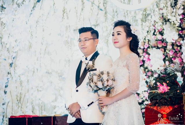 Sau đám cưới được tổ chức ở nhà gái, cô dâu được đón và di chuyển vào TP. HCM để thực hiện đám cưới tại quê chồng bằng máy bay.