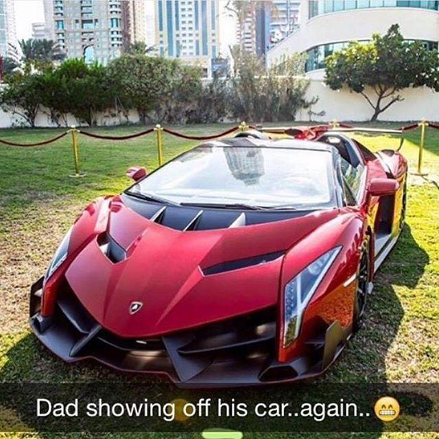 Bố lại khoe xe lần nữa. Trong ảnh là siêu xe Lamborghini Veneno Roadster với đúng 9 chiếc được sản xuất và có giá lên đến 4,5 triệu USD, tương đương 100 tỷ Đồng.