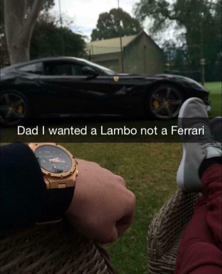 Bố ơi, con thích siêu xe Lamborghini, không phải Ferrari.