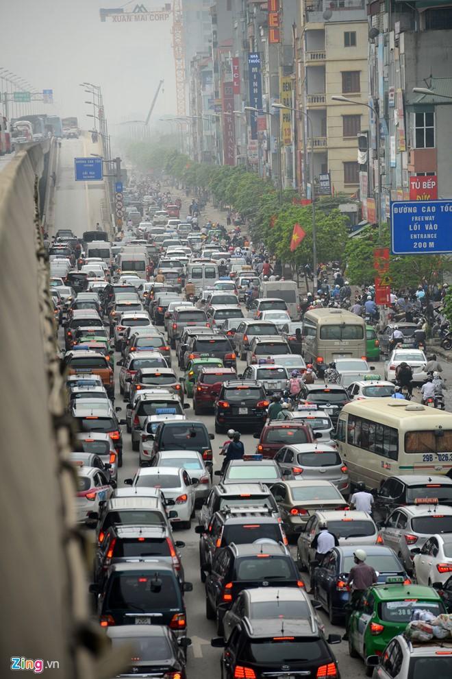 9h30, lưu lượng phương tiện vẫn dồn về ngõ phía Nam. Lực lượng chức năng bắt đầu cho ôtô di chuyển từ Nguyễn Xiển lên đường trên cao vành đai 3 nhưng áp lực giao thông vẫn rất lớn.