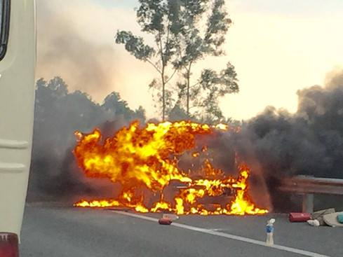 Chiếc Chevrolet Captiva cháy ngùn ngụt trên cao tốc Trung Lương.