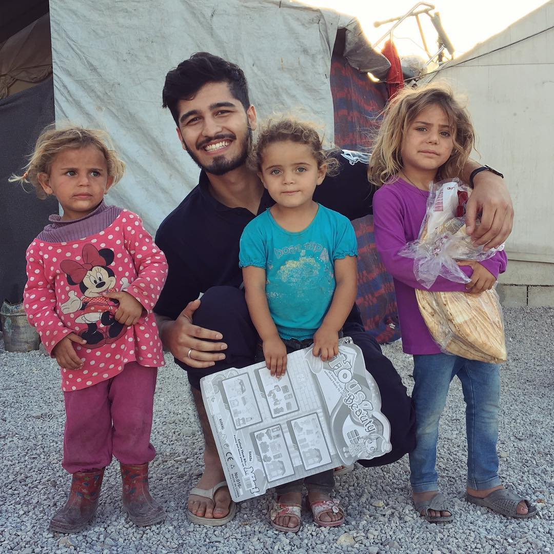 Aleem xây dựng hình ảnh thiếu gia chăm chỉ đi làm tình nguyện, giúp đỡ người nghèo trên Instagram.