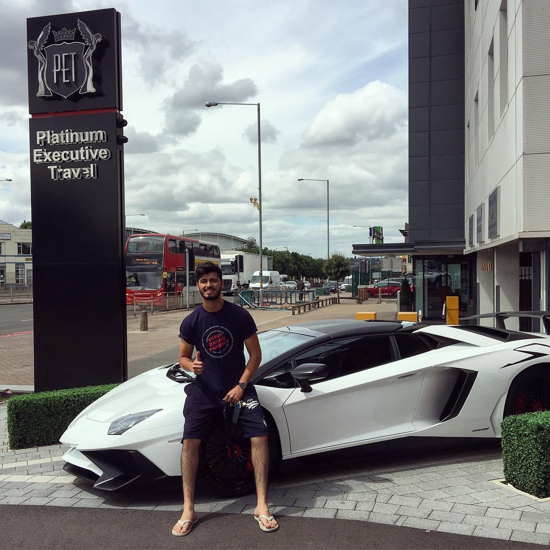 Aleem khoe chiếc siêu xe Lamborghini Aventador SV Roadster mới tậu của gia đình.