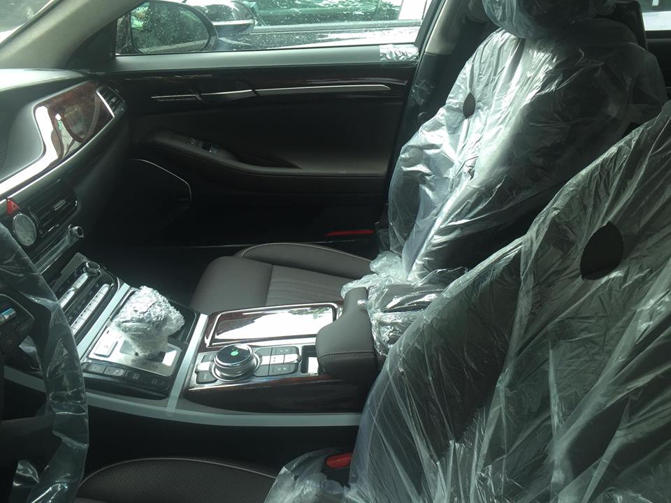 Ghế, cần số và vô lăng bên trong chiếc Genesis G90 tại Hà Nội vẫn được bọc ni-lông.