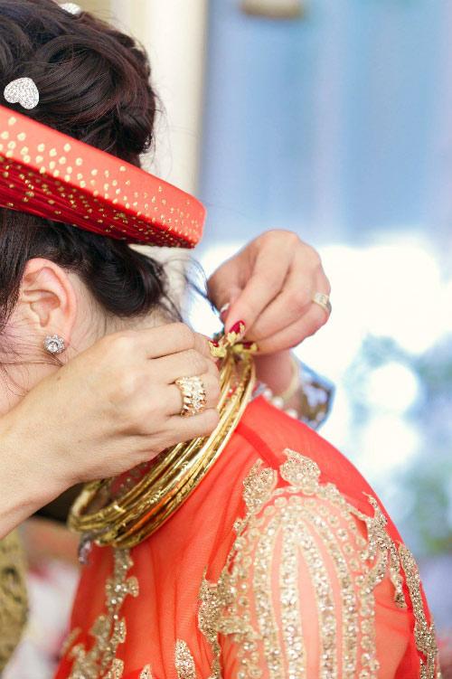 Vòng vàng được trao cho cô dâu trong lễ gia tiên.