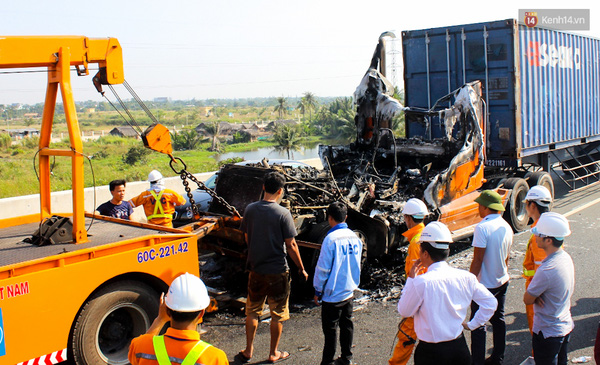 Lực lượng cứu hộ đưa container rời hiện trường.