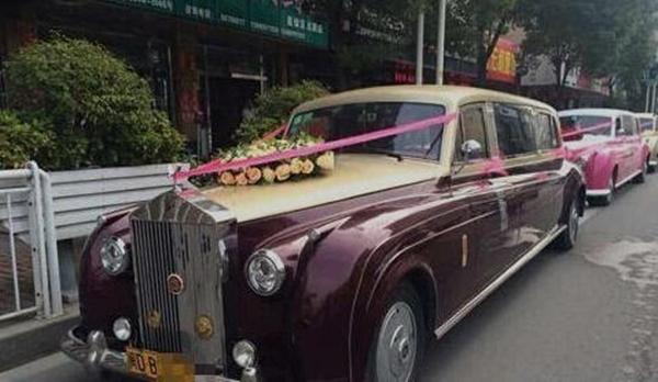 4 chiếc xe màu đen, mận, hồng và vàng đồng với lối trang trí đơn giản đã thu hút sự chú ý rất lớn của dư luận vì quá bắt mắt.