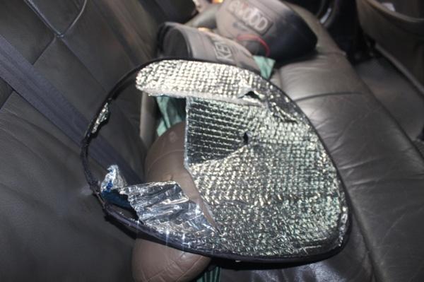 Sức công phá của vụ nổ khiến tấm che nắng trong xe bị rách toạc (Ảnh P.Tuấn).