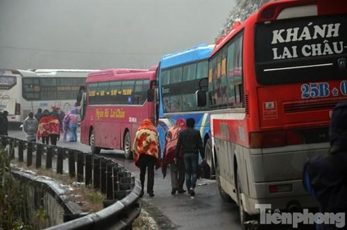 Hàng loạt xe khách đi Lai Châu phải chôn chân từ 3h sáng nay.