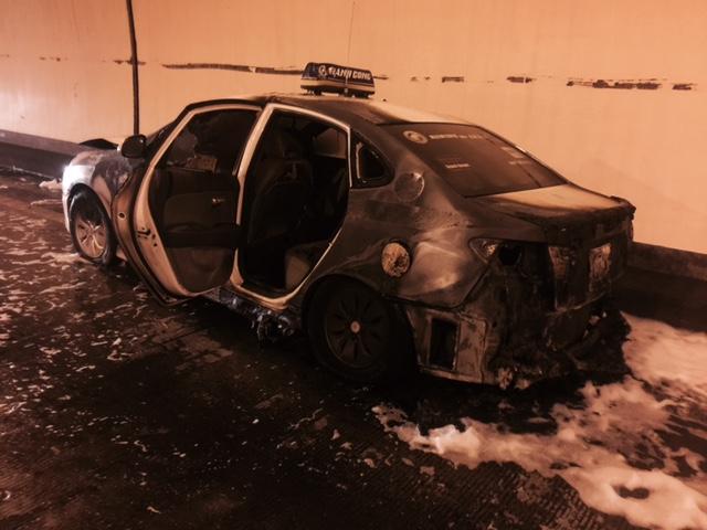 Xe taxi bị cháy đen.
