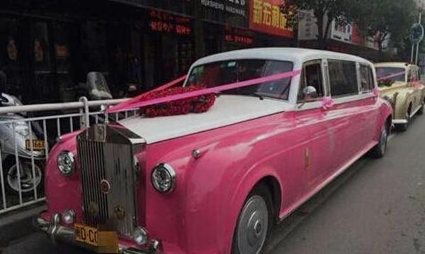 Tuy nhiên, đây chẳng phải xe sang, xe xịn gì hết, mà chỉ là sản phẩm của những thợ làm nhái tài ba ở Trung Quốc.
