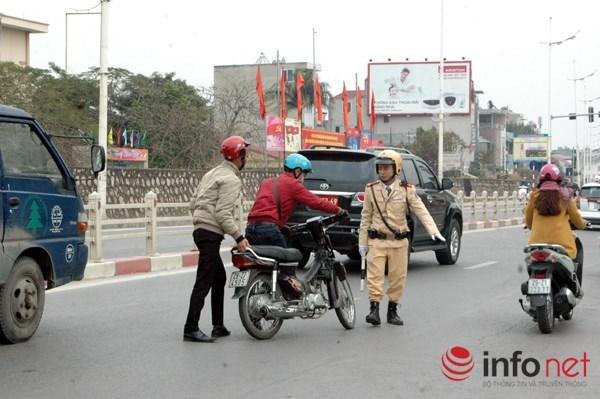 Lực lượng CSGT tiến hành dừng người điều khiển phương tiện tham gia giao thông nghi có sử dụng rượu bia.