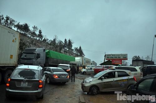 Tại khu vực Thác Bạc (Sapa), lượng khách du lịch đổ về quá đông khiến giao thông càng trở nên hỗn loạn.