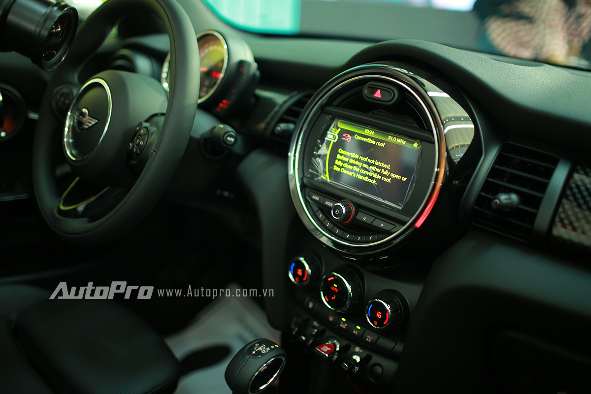 Màn hình hiển thị trung tâm của MINI Cooper S Convertible.