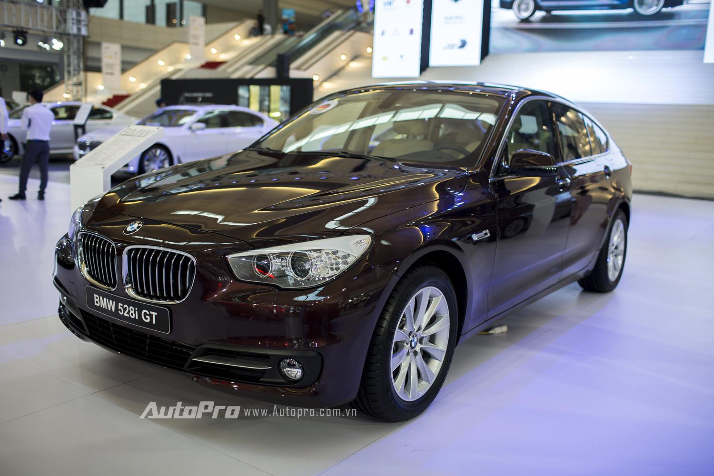 Mẫu xe BMW 528i GT với đặc điểm chỉ sử dụng động cơ i4 có dung tích 1.997cc nhưng lại có chiều dài cơ sở lên tới 3.070mm mang lại không gian rộng rãi và thoải mái bên trong.