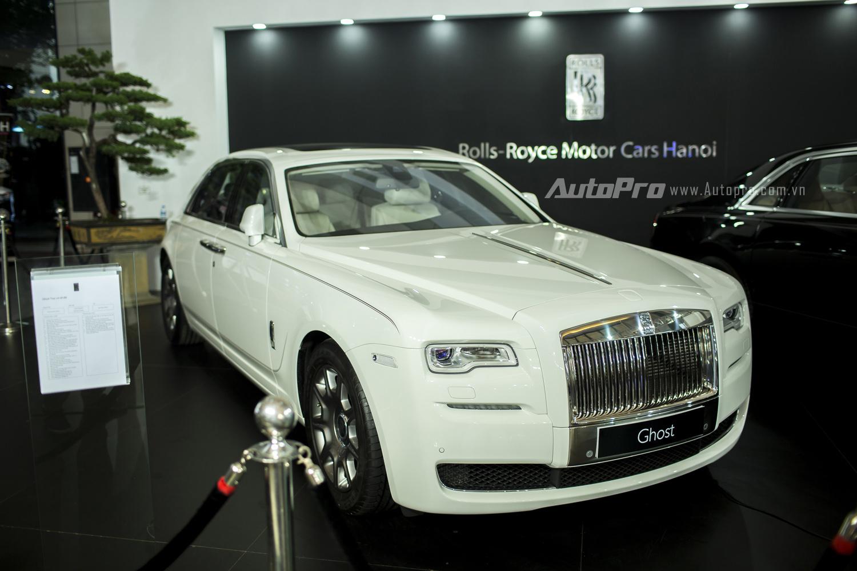 Một bạch diện thư sinh khác là Rolls-Royce Ghost Series II EWB với màu trằng English White lịch lãm cũng có giá hơn 27,8 tỉ đồng.