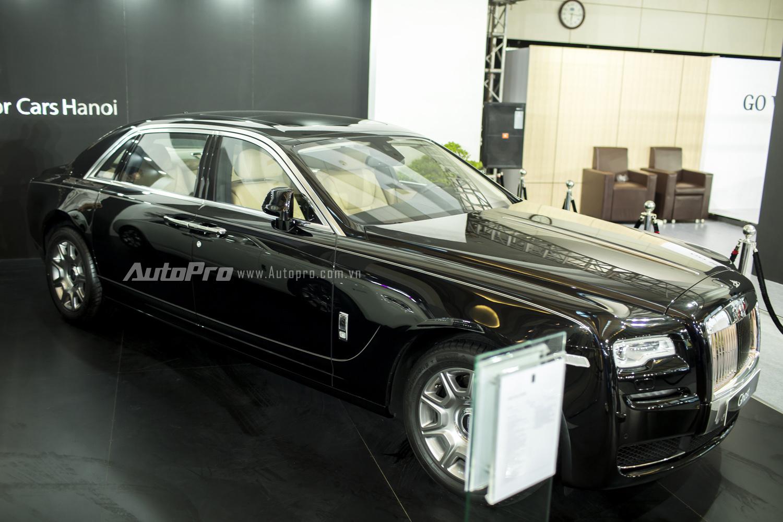 Mặc dù là triển lãm BMW World Vietnam 2016 nhưng sự xuất hiện của thương hiệu xe siêu sang Rolls-Royce lại thu hút nhiều sự chú ý của khách đến thăm quan hơn tất cả khi mà sự xuất hiện của cặp đôi hắc bạch gồm Rolls-Royce Ghost Series II EWB với màu đen Diamond Black có giá 27,8 tỉ đồng.