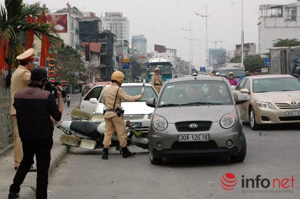 ... chiếc xe ô tô hạ gục xe CSGT đang để bên lề đường.