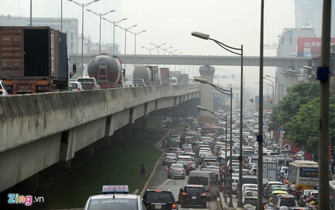 Theo VOV Giao thông, tình trạng ùn ứ còn xảy ra ở cổng một số bến xe lớn do xe khách và taxi dừng đón trả khách tùy tiện. Ôtô chết máy cũng khiến giao thông qua cầu Nhật Tân, Thăng Long bị cản trở.