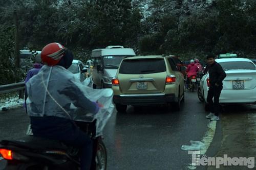 Nhiều người dừng xe ô tô dưới lòng đường để chụp ảnh khiến giao thông càng tắc.