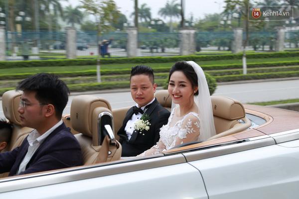 Á hậu cuộc thi Hoa hậu Hoàn vũ Việt Nam 2015, Ngô Trà My rạng rỡ trong ngày cưới cùng chồng trên chiếc Phantom mui trần. Ảnh: Kênh 14.