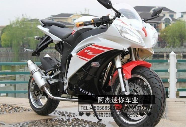 Thoạt nhìn, các tín đồ của Yamaha R6 sẽ phải giật mình trước thiết kế của mẫu mô tô này. Cái tên của nó còn khiến các fan của nhà sản xuất Nhật Bản giật mình hơn: Yayama R6. Tệ hại hơn, chiếc xe nguyên bản mang động cơ 600cc trong khi sportbike của Trung Quốc mang trên mình trái tim chỉ 150cc.
