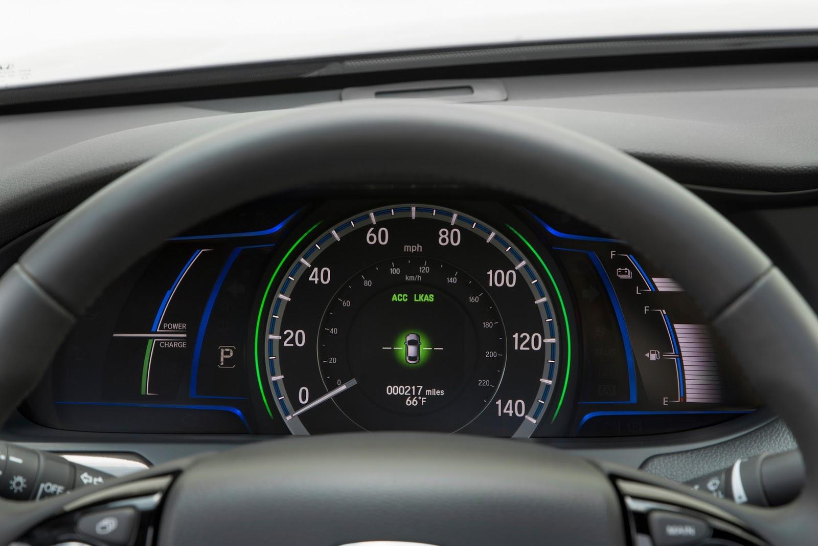 Camera chiếu hậu đa góc cũng là trang thiết bị tiêu chuẩn của Honda Accord Hybrid 2017. Trong khi đó, bản Touring có thêm đèn pha với khả năng chiếu sáng ban đêm tốt hơn.