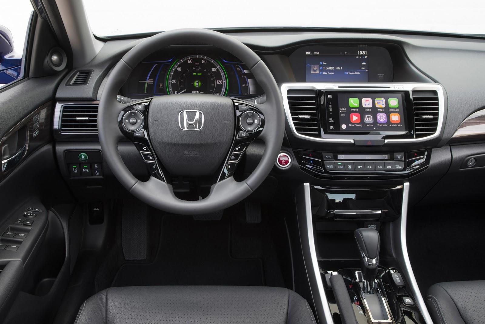 Ví dụ hệ thống an toàn Honda Sensing tiêu chuẩn và giao diện màn hình cảm ứng Display Audio mới nhất, tương thích ứng dụng Apple CarPlay cũng như Android Auto.