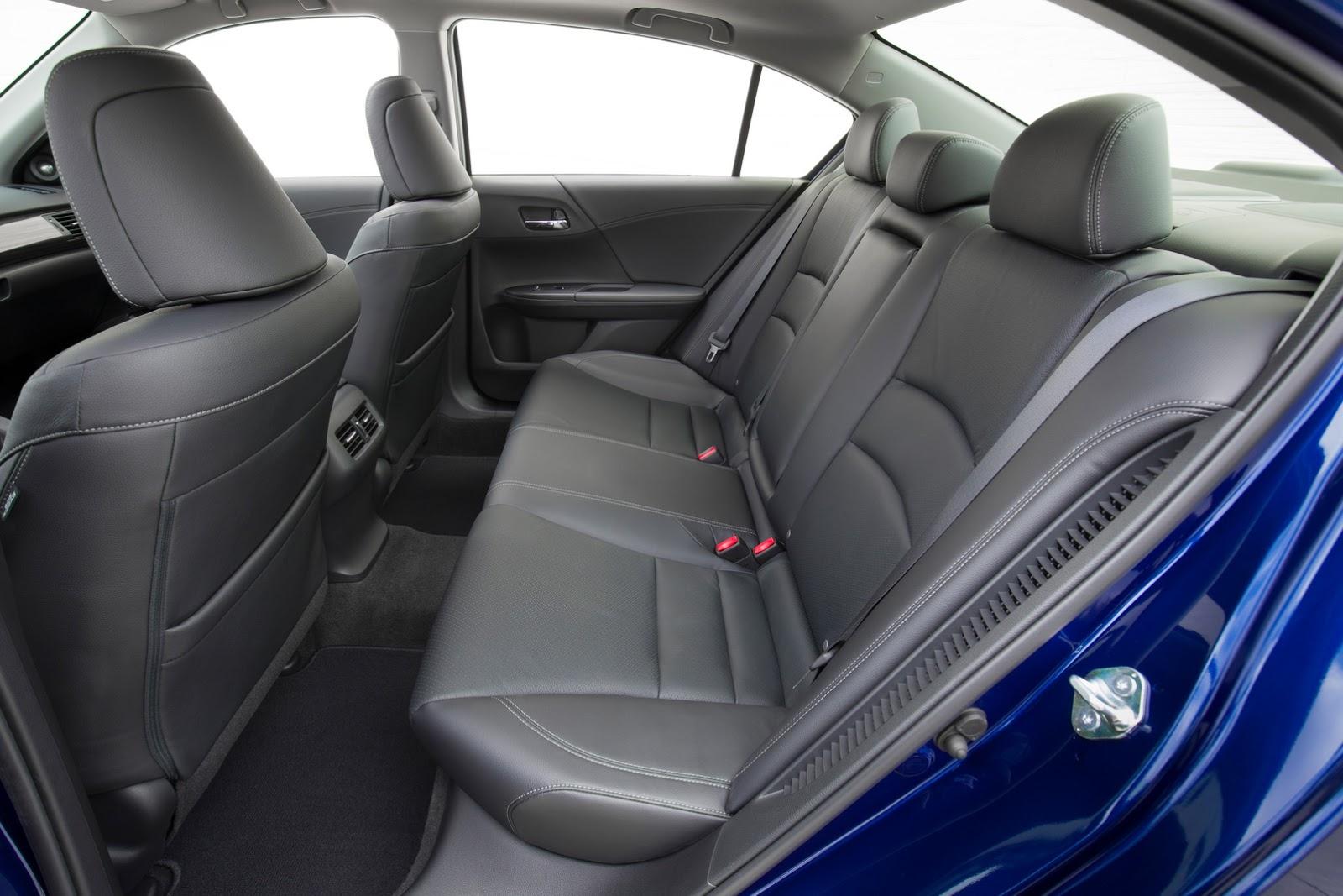 Những tính năng mới của Honda Accord Hybrid 2017 bao gồm khởi động máy từ xa, cảm biến đỗ xe trước/sau, cần gạt kính chắn gió cảm ứng mưa, ghế sau sưởi ấm và đèn pha tự động.