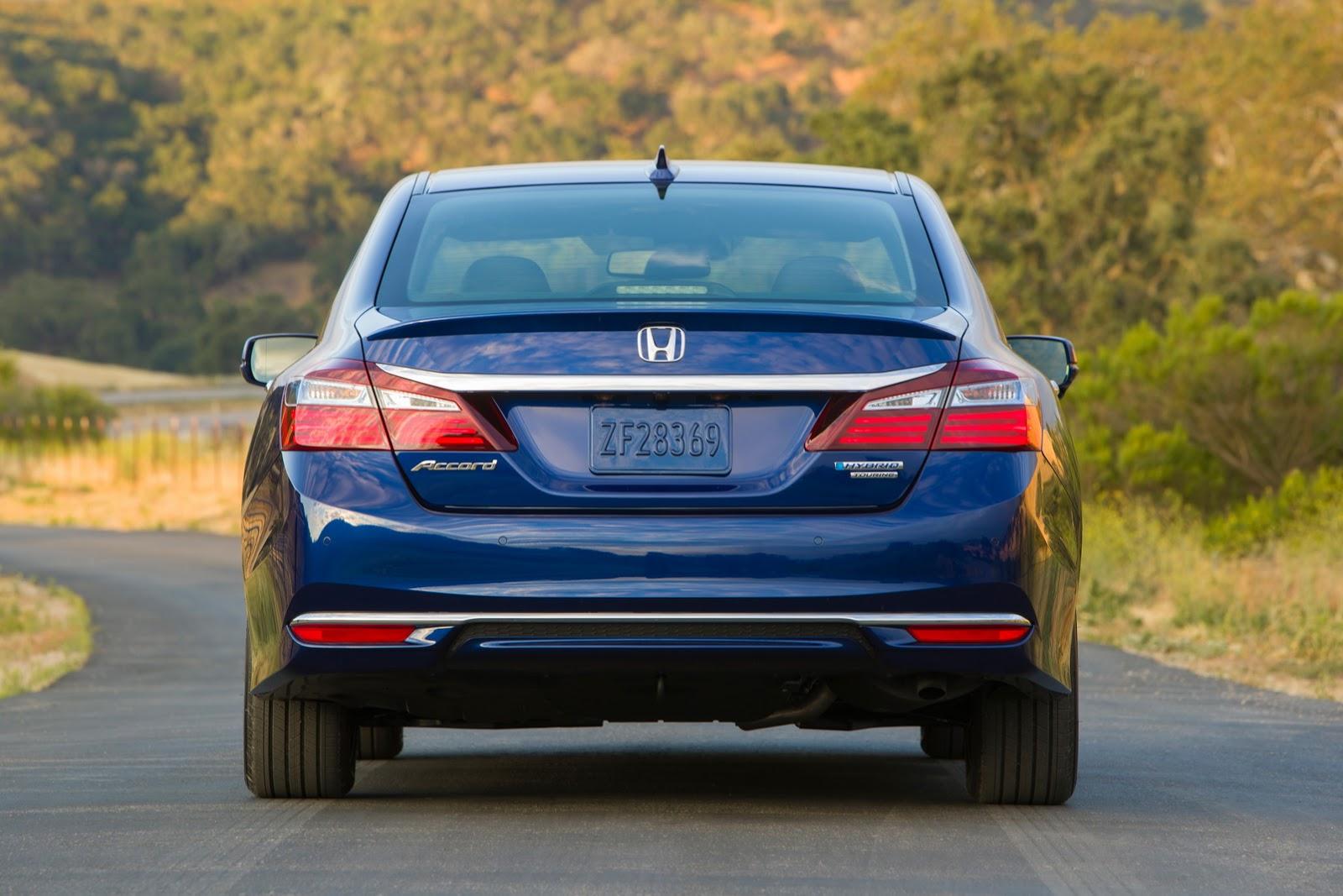 Mạnh mẽ hơn trước nhưng Honda Accord Hybrid 2017 lại tiết kiệm nhiên liệu hiệu quả với mức tiêu thụ 4,8 lít/100 km nội thành, 5.0 lít/100 km đường trường và 4,9 lít/100 km đường hỗn hợp. Với mức tiêu thụ này, Honda Accord Hybrid 2017 là mẫu xe tiết kiệm nhất phân khúc.