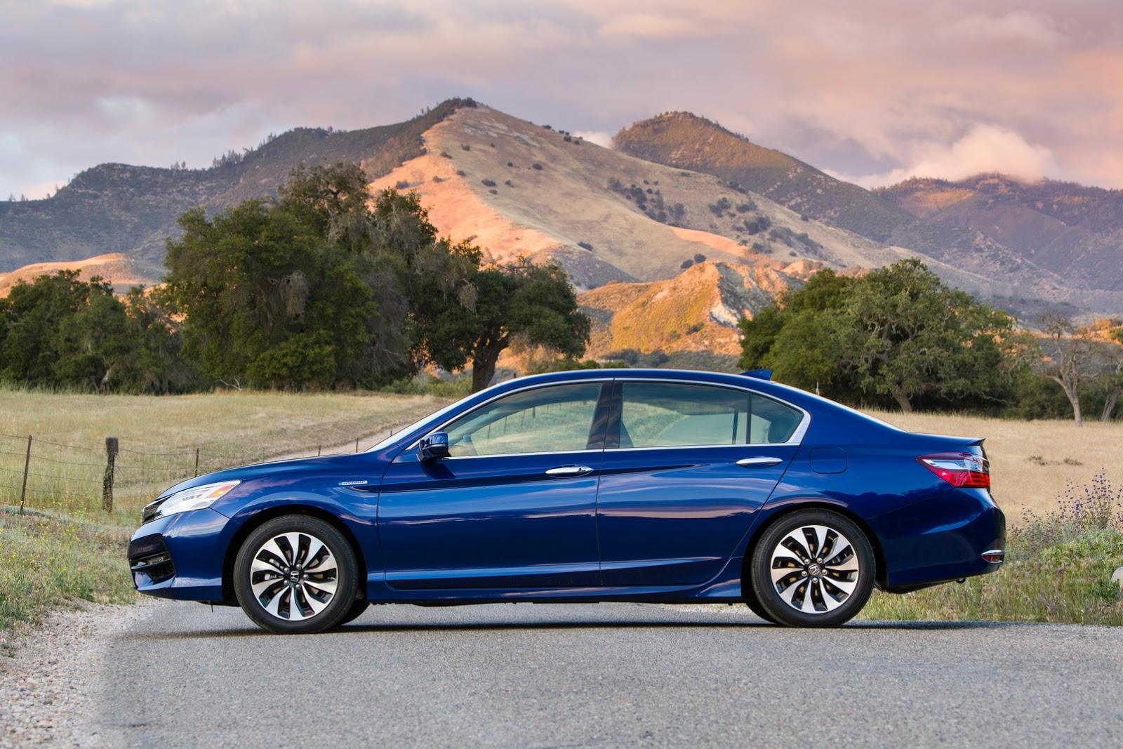 So với phiên bản 2016, Honda Accord Hybrid mới mạnh mẽ và tiết kiệm nhiên liệu hơn. Ngoài ra, Honda Accord Hybrid 2017 còn thay đổi về thiết kế và công nghệ an toàn tiên tiến hơn.
